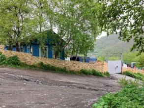 Старые деревянные дома на склоне сопок. Петропавловск-Камчатский