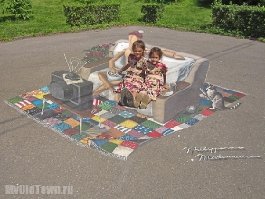 Девочки фотографируются рядом с куклой Гештальта. Фото