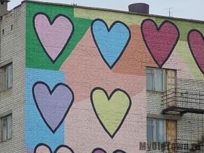 Фрагмент художественной росписи ''Сердечки'' на улице Хиросимы,  дом 16.  Фото Волгограда