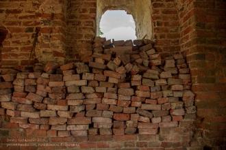 Башня Канта. Замок Гросс Вонсдорф. Заложенное кирпичом окно