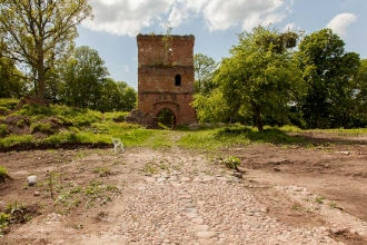 Замок Грос Вонсдорф. Башня Канта и дорожка из брусчатки