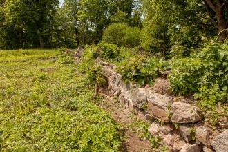 Руины тевтонского замка Грос Вонсдорф. Крепостная стена