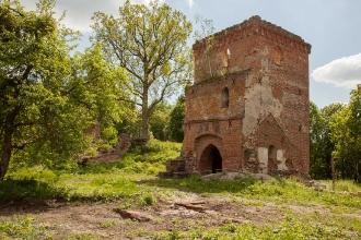 Руины тевтонского замка Грос Вонсдорф. Башня Канта и фрагмент стены
