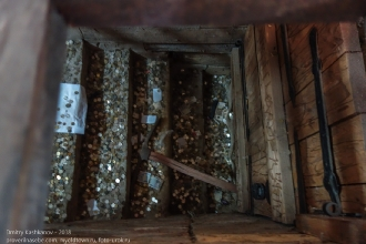 Спуск в подземный ход закрыт, но можно кидать монеты. Янтарный замок. Калининградская область
