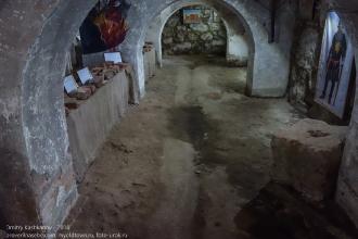 Как устроена канализация в средневековом замке. Сливная канавка в подвале