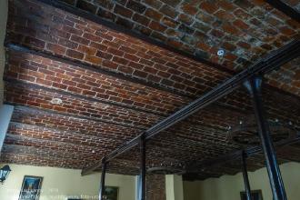 Сводчатый кирпичный потолок каминного зала. Янтарный замок