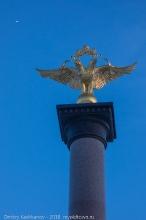 Золотой орел на вершине памятника 1000-летию Ярославля. Фото