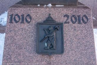 Герб Ярославля на памятнике