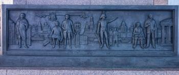 Барельефы в основании памятника. Фото