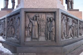 Барельефы в основании памятника в Ярославле. Фото