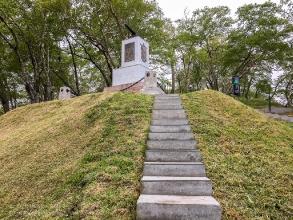 Подъем к памятнику героям III батареи