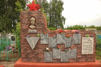 Шатки. Памятник Тане Савичевой со страницами из дневника
