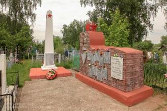 Шатки. Памятник Тане Савичевой. Братская могила воинов, умерших от ран