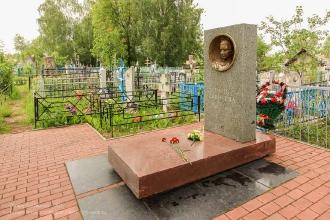Памятник на могиле ленинградской пионерки Тани Савичевой