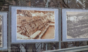 Стенд с фотографиями этапов строительства ГЭС