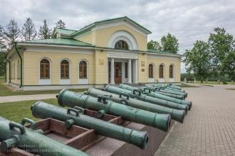 Пушки у центральной экспозиции Бородинского музея