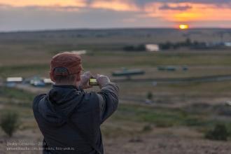 Заповедник Аркаим. Турист фотографирует закат с вершины горы Шаманки