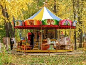 Карусель в детском городке. Автозаводский парк. Фото