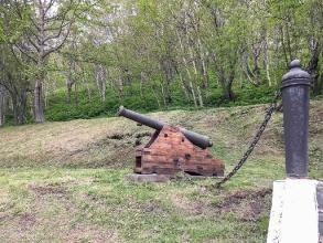 Старые пушки у часовни защитников порта. Петропавловск-Камчатский