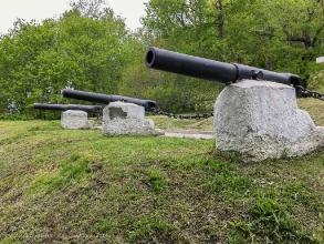 Петропавловск-Камчатский. Пушки у часовни защитников порта