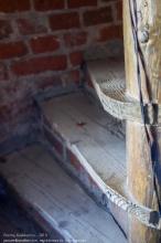 Правдинск. Георгиевская церковь. Деревянная винтовая лестница в стене