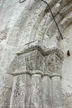 Фрагмент декорирования резьбой по камню портала Георгиевского собора