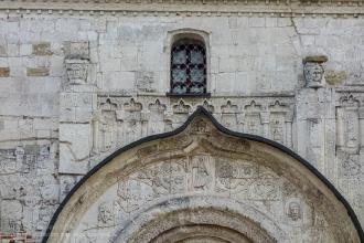 Северный портал Георгиевского собора. Попробуйте найти изображение слона