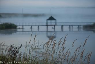 Свято-Троицкий Островоезерский монастырь. Ранее утро. Мостик на остров. Фото