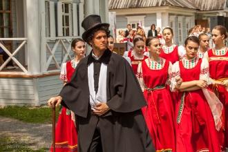 Финал праздника поэзии. Пушкин в сопровождении студенток Нижегородского колледжа культуры покидает сцену
