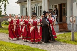 Начало праздника поэзии. Пушкин в сопровождении артистов появляется на сцене