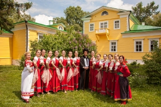 Пушкин с артистами фотографируется перед господским домом. Болдино