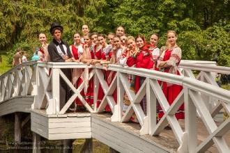Пушкин с артистами фотографируется на горбатом мостике. Болдино