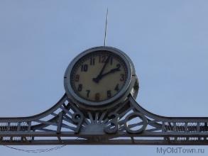 Старинные часы на главных воротах ВолгоГРЭС. Фото Волгограда
