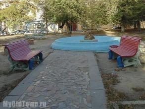 Улица Мира, дом 26. Старинные скамейки около фонтана. Фото Волгограда