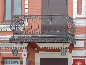 Улица Невская дом 3. Банк Кор. Фото балкона с коваными решетками