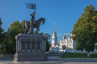 Успенский Собор и памятник князю Владимиру и Святителю Федору. Фото