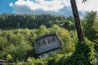 Падающий деревянный дом. Город Горбатов. Фото