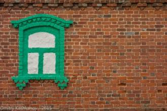 Село Толба. Кирпичная стена с нарисованным окном
