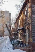 Во дворе старого деревянного дома по улица Профинтерна. Нижний Новгород