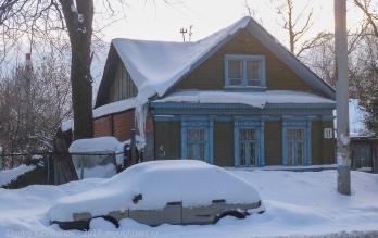 Ул. Новосолдатская, 11. Старая машина под снегом
