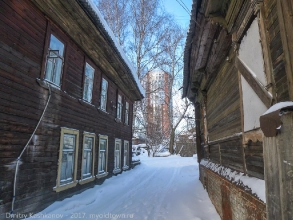 Небоскребы и старые деревянные дома