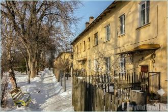 Улица Афанасьева, д. 19. Желтый двухэтажный дом. Фото
