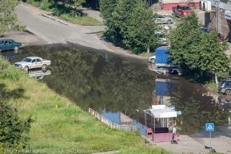 Знаменитая, никогда не пересыхающая лужа на проспекте Молодежном. Фото