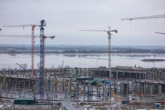 Будущий стадион на фоне реки Волги. Фото 2015 года