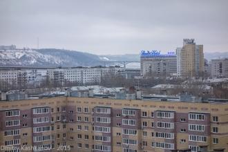 Вид на гостиницу на фоне высокого берега реки Оки