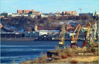 Портовые краны и верхняя часть города. Фото