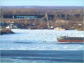 Рыбаки удят рыбу на льдине. Вид с Волжской набережной
