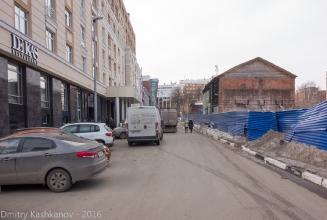 Гранитный переулок, синий забор, старый дом под снос. Нижний Новгород. 2016 год