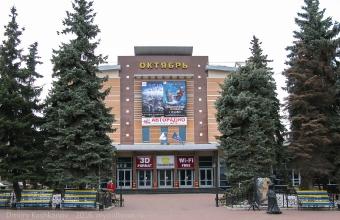 Голубые ели перед кинотеатром Октябрь. Нижний Новгород. Фото