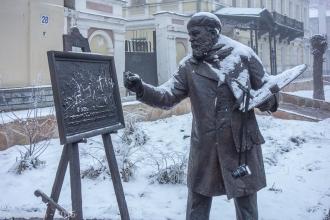 Фигуры на Рождественской. Художник